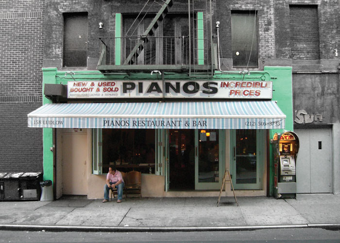 Pianos bar and music
